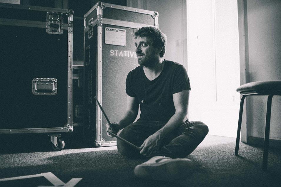 Tim Neuhaus sitzt Backstage auf dem Boden